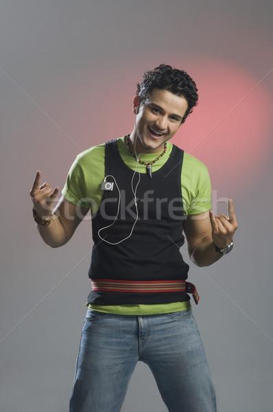 Mann Musik hören gestikulieren rock rollen Zeichen Stock foto © imagedb