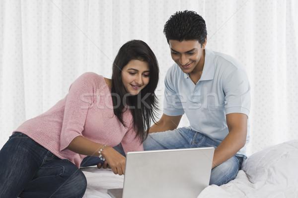 Pár laptopot használ ágy számítógép boldog technológia Stock fotó © imagedb