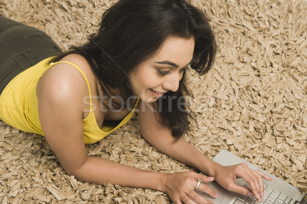 Nő szőnyeg dolgozik laptop fiatal gyönyörű Stock fotó © imagedb