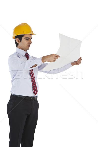 Mężczyzna architekta patrząc plan działalności człowiek Zdjęcia stock © imagedb