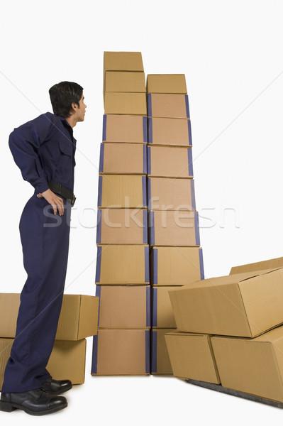 Tienda mirando cartón cajas hombre Foto stock © imagedb