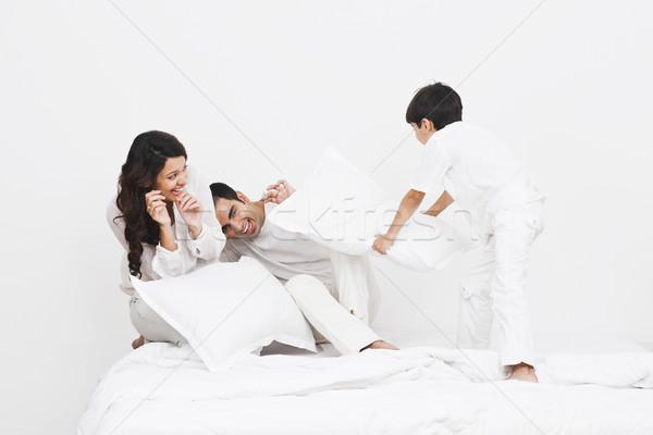 Kussengevecht ouders bed familie vader Stockfoto © imagedb