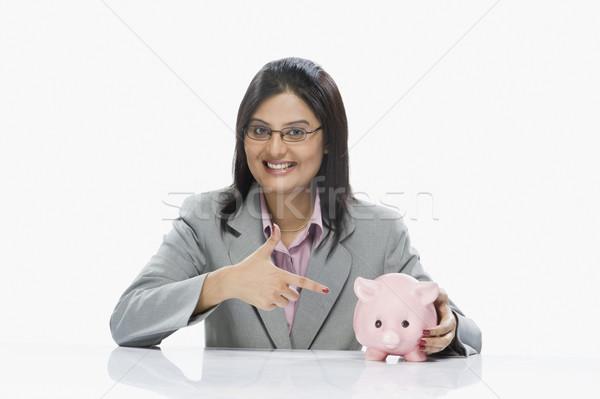 Mujer de negocios senalando alcancía negocios bancario crecimiento Foto stock © imagedb