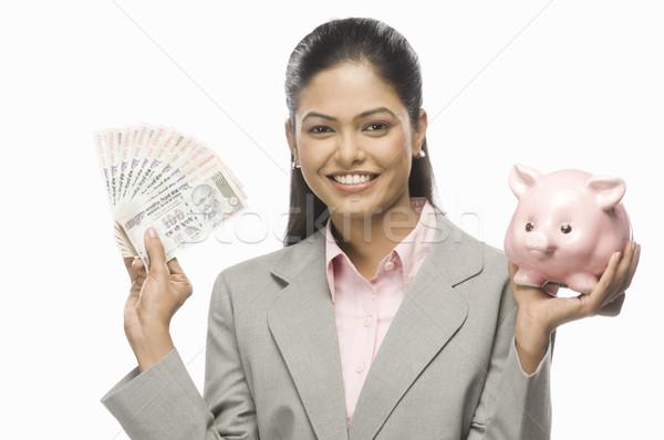 Portret zakenvrouw tonen indian papiergeld spaarvarken Stockfoto © imagedb