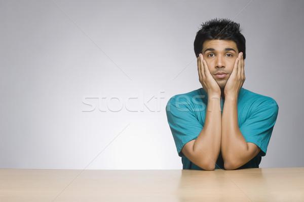 Człowiek patrząc poważny głowie ręce portret Zdjęcia stock © imagedb