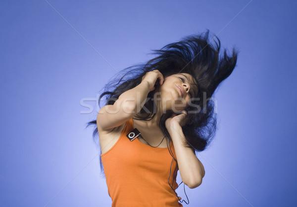 Mulher jovem escuta mp3 player azul mulher música Foto stock © imagedb