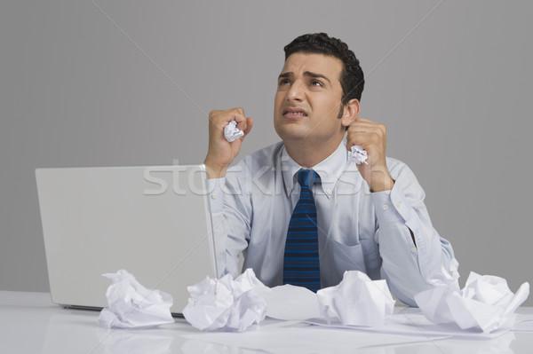 Stok fotoğraf: Işadamı · bakıyor · endişeli · kağıtları · büro · iş