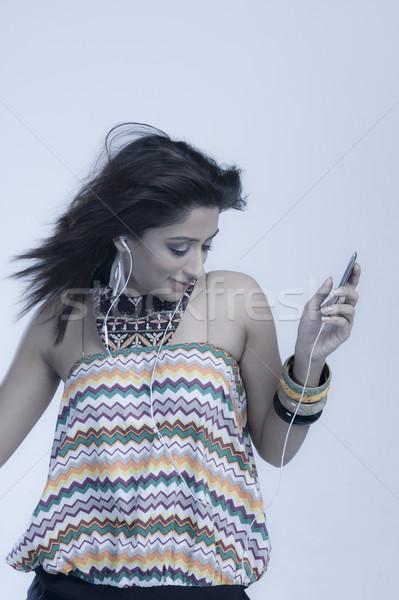 Kobieta słuchanie muzyki taniec moda technologii zabawy Zdjęcia stock © imagedb