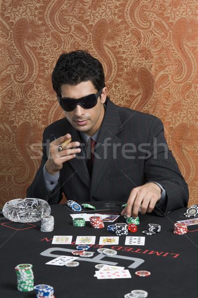 商业照片: 男子 · 赌场 ·表· 游戏 · 墨镜 · 雪茄 / man at a