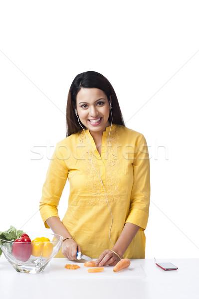 Frau Schneiden Gemüse hören Musik mP3-Player Stock foto © imagedb