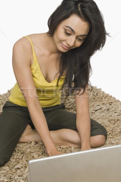 Nő ül szőnyeg dolgozik laptop internet Stock fotó © imagedb