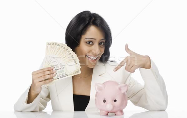 Zakenvrouw indian papiergeld spaarvarken vrouw Stockfoto © imagedb