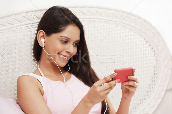 Vrouw luisteren naar muziek mp3-speler glimlachend entertainment horizontaal Stockfoto © imagedb