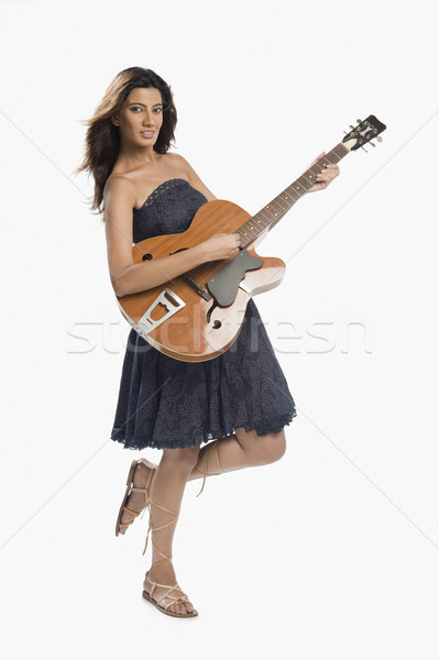 Kadın oynama gitar kaya genç ayakta Stok fotoğraf © imagedb