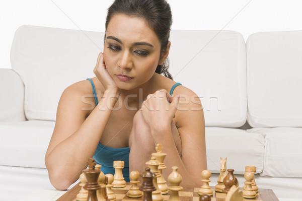 женщину играет шахматам молодые диване плана Сток-фото © imagedb