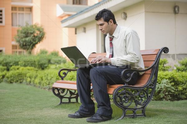 Сток-фото: бизнесмен · сидят · скамейке · используя · ноутбук · бизнеса · человека