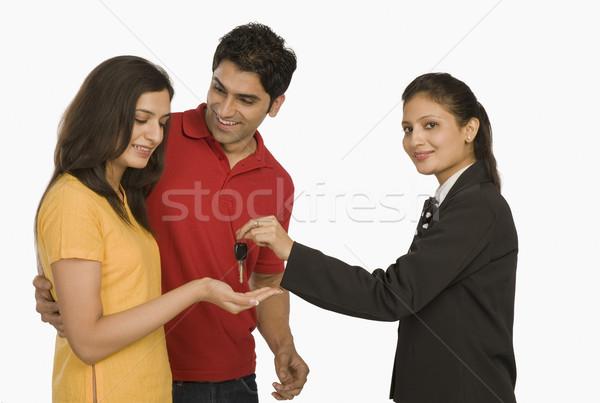 деловая женщина ключи от машины женщины улыбаясь безопасности дружбы Сток-фото © imagedb