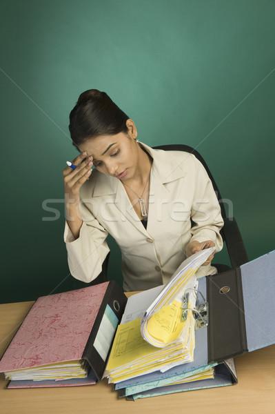 деловая женщина документы глядя бизнеса столе Сток-фото © imagedb