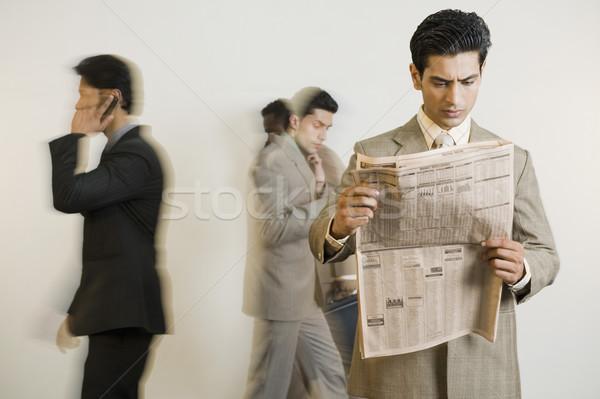 Imprenditore lettura giornale colleghi news comunicazione Foto d'archivio © imagedb