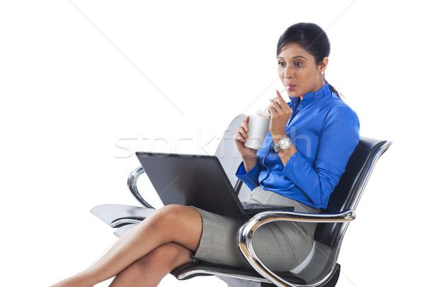Kobieta interesu pitnej napój bezalkoholowy za pomocą laptopa kobieta laptop Zdjęcia stock © imagedb