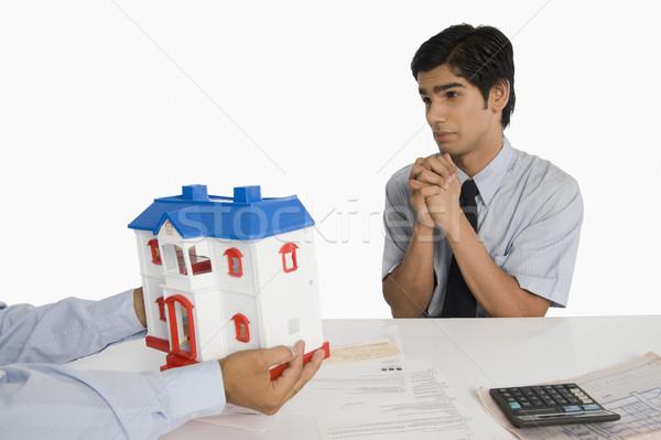 Vásárló védőbeszéd ingatlanügynök megbeszélés üzletember asztal Stock fotó © imagedb