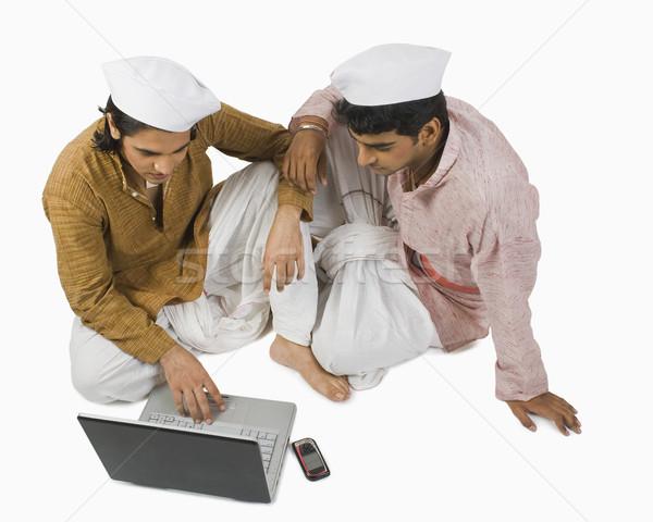 男 ラップトップを使用して 友達 コンピュータ ノートパソコン 技術 ストックフォト © imagedb