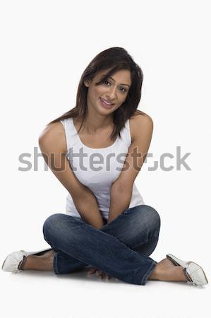 Portret vrouw glimlachen vrouw jeans jonge vergadering Stockfoto © imagedb