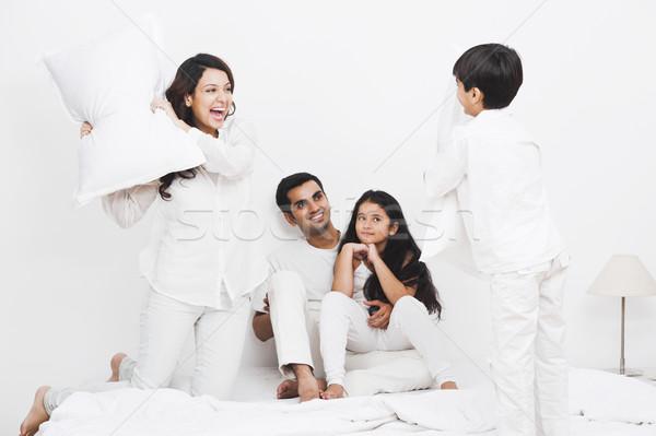 Photo stock: Famille · heureuse · bataille · d'oreillers · lit · famille · filles · père