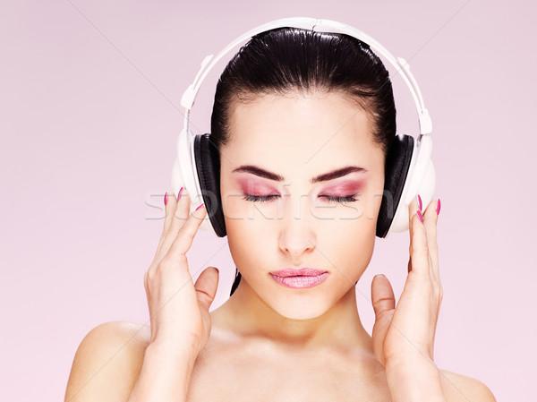 Kadın kulaklık güzel kadın dinleme müzik güzellik Stok fotoğraf © imarin