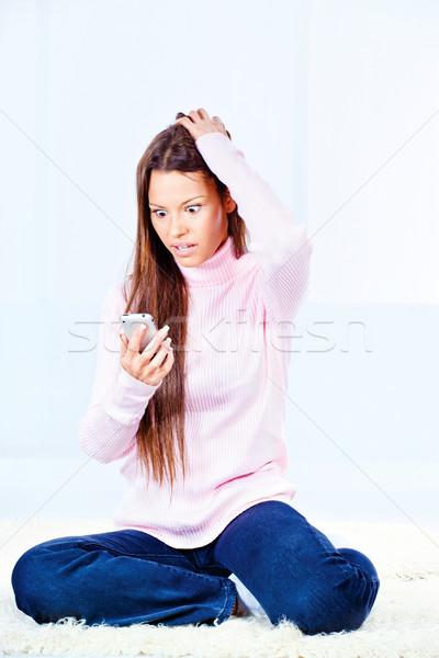 Vrouw praten mobiele telefoon boos jonge vrouw home Stockfoto © imarin