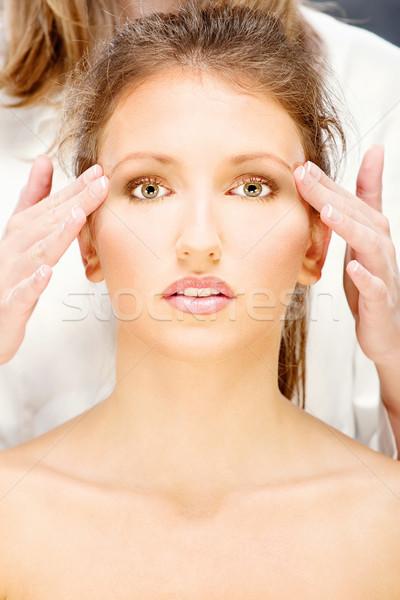 Vrouw hoofd massage mooie vrouw behandeling gezicht Stockfoto © imarin