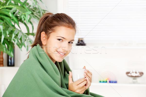 Kobieta pitnej herbaty domu pokryty koc Zdjęcia stock © imarin