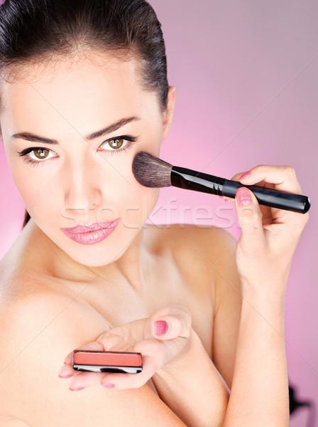 Mulher cosmético pó escove mulher bonita Foto stock © imarin