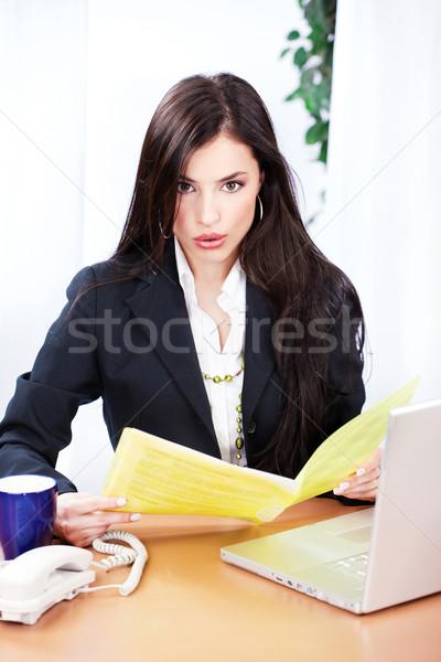 Foto stock: Surpreendido · mulher · de · negócios · leitura · arquivos · escritório · mulher