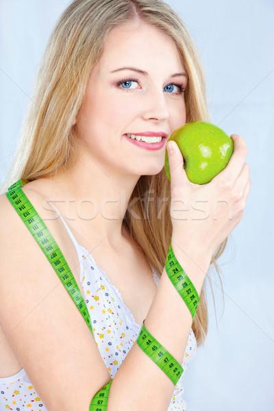 Blond meisje appel meetlint mooie vrouw Stockfoto © imarin