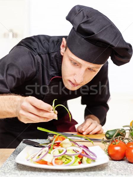 Chef heerlijk salade plaat zwarte uniform Stockfoto © imarin