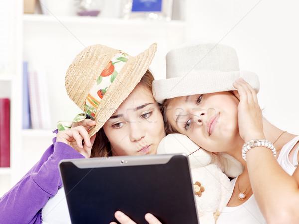 Szczęśliwy nastolatki touchpad komputera dwa Zdjęcia stock © imarin