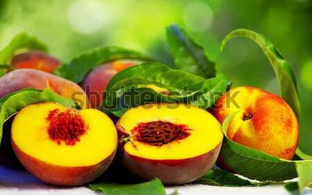 Maduro maçã vermelha tabela folhas verdes comida natureza Foto stock © inaquim