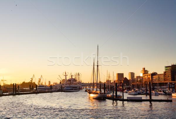 Hamburg haven zonsondergang skyline schepen heldere hemel Stockfoto © IngaNielsen