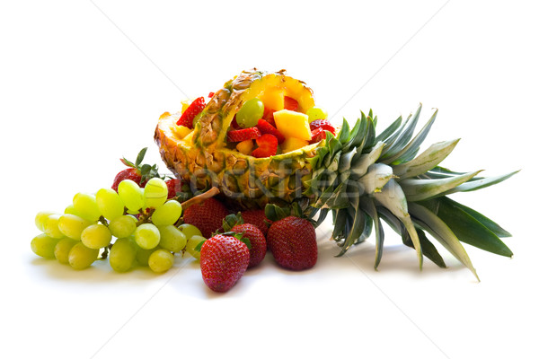 Vruchtensalade tropische vruchten salade mand ananas ingericht Stockfoto © IngaNielsen