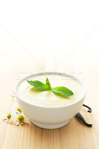 Bol vanille yogourt blanche bois Daisy Photo stock © IngaNielsen