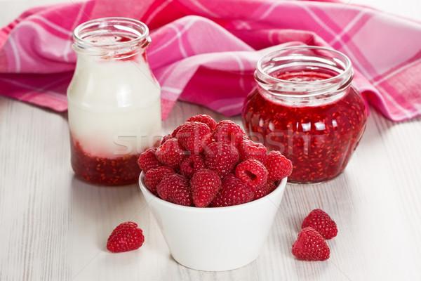 Málna joghurt lekvár fehér tál házi készítésű Stock fotó © IngridsI