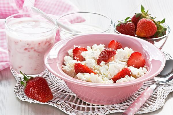 Túró eper joghurt tejföl egészséges reggeli Stock fotó © IngridsI