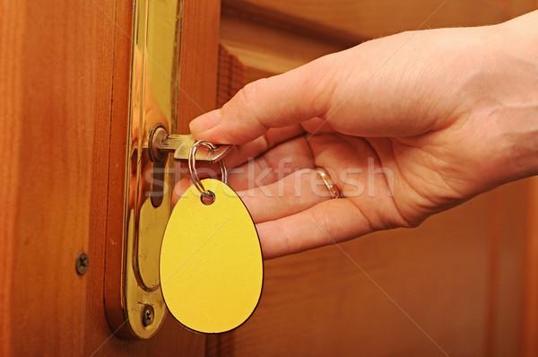 Abrir a porta teclas mão projeto porta fundo Foto stock © inxti