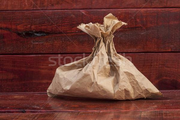 Simplu hartie de ambalaj sac prânz alimente masa de lemn Imagine de stoc © inxti
