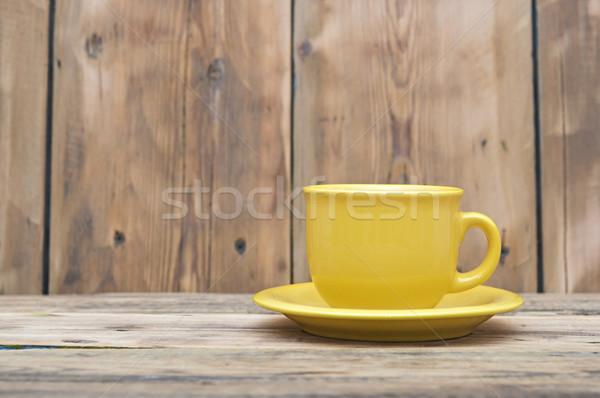 Citromsárga kávéscsésze csészealj fa asztal háttér kávézó Stock fotó © inxti