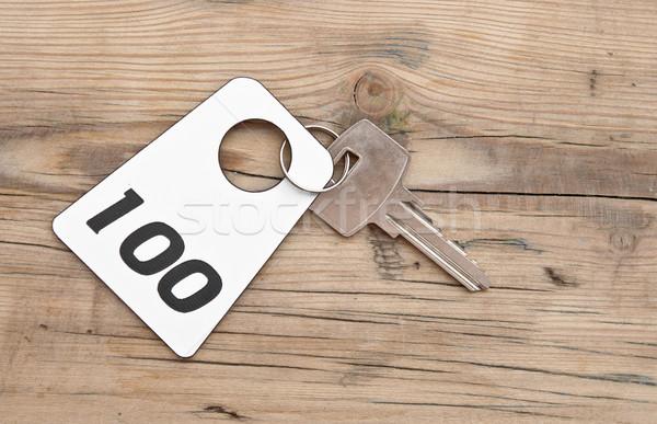 Hotel lakosztály kulcs szoba szám 100 Stock fotó © inxti