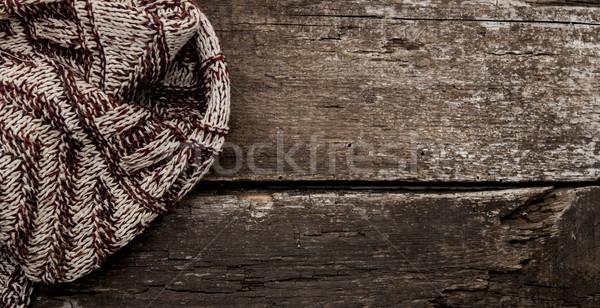 El yapımı örgü yün eşarp ahşap el Stok fotoğraf © inxti
