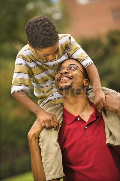 Padre hijo espalda sonriendo mirando Foto stock © iofoto