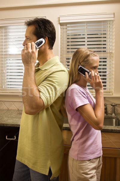 Foto stock: Homem · jovem · telefones · pai · filha · em · pé